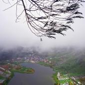 Telaga Cebong dilihat dari puncak bukit Sikunir