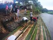 Selesai digunakan, rakit sudah ada yang menunggu untuk dibeli bambunya.