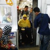 Pintu antar gerbong kereta yang nge-press. Pas benar