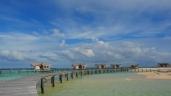 Kamu bisa nikmati hari tenang di tengah lautan; dermaga ini menghubungkan antar resort.