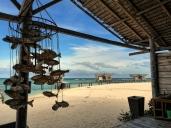 Kalau kamu menginap di Pulo Cinta, kamu juga bisa menikmati makanan di kafe yang ada. Nikmati hari santaimu