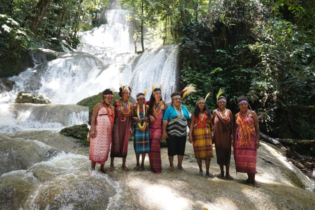 Satya Winnie & penduduk lokal