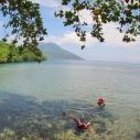Bisa snorkleling tipis-tipis juga di pantai Sulamadaha