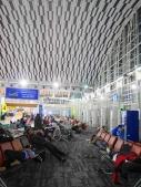 Salah satu sudut bandara, banyak yang tidur kelelahan