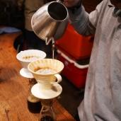 Barista menyiapkan sajian kopi