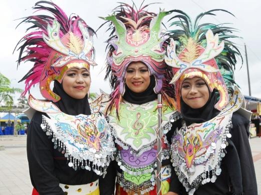 Kostum penampil drumblek mirip dengan kesenian Dayakan