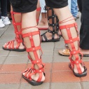 Sepatu hingga sebatas betis yang dipakai pemain drumblek; mirip dengan sepatu tentara Romawi