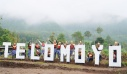 Para penampil drumblek berpose berlatar belakang gunung Telomoyo