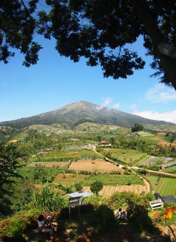 Gunung Sumbing terlihat sangat dekat