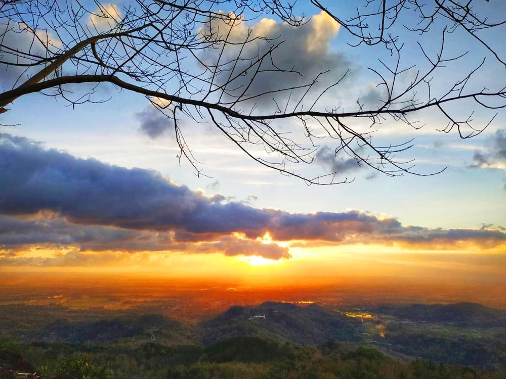 Senja memang pantas untuk dinikmati, Watu Goyang dapat jadi pilihan tempat untuk menikmatinya.