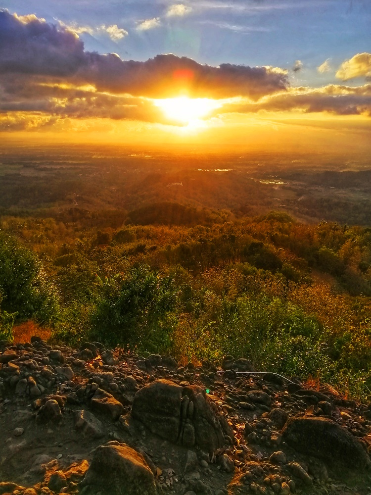 Pemandangan senja dari Watu Goyang